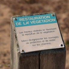 A discrete sign to inform visitors that vegetation is being restored on the Côte Sauvage, no trespassing. Credit: Yalakom